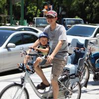 自行車載幼童  後座加裝椅墊最不安全