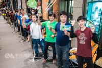 Xbox One X台灣首賣 玩家排4天半搶頭香