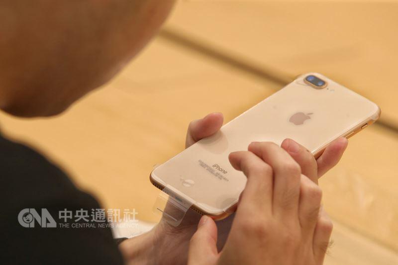 外媒報導,晶片大廠Dialog指出,蘋果在2019年到2020年,將大量採用Dialog的電源管理晶片。圖為iPhone 8 Plus。(中央社檔案照片)