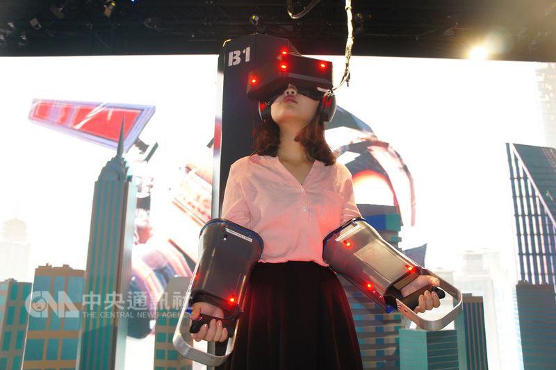 電腦品牌廠宏碁合資公司StarVR公司(宏星技術)7日宣布,其虛擬實境(VR)定點式娛樂解決方案獲得位於杜拜的全球最大室內VR主題樂園採用。圖為用戶體驗APE-X,變身生化機械大猩猩站在高樓上抵抗外來飛船。中央社記者吳家豪杜拜攝  107年3月7日