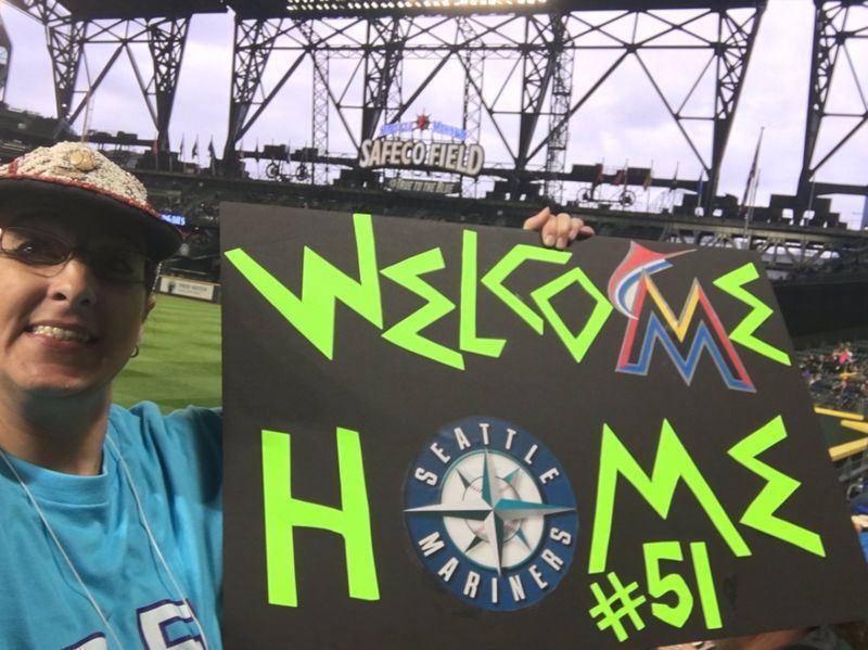 旅美的日本棒球明星鈴木一朗重回西雅圖水手隊,他的美國女鐵粉法蘭茲(圖)8日說,會一直幫鈴木一朗加油。(圖取自法蘭茲推特twitter.com/ichimeterlady)