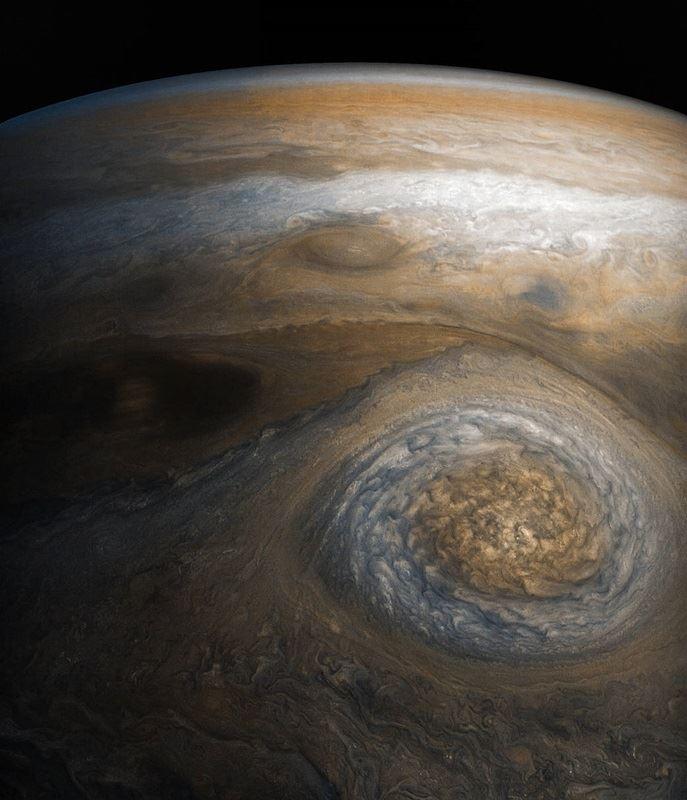 根據NASA無人太空船朱諾號觀測,木星劇烈擾動、充滿氣體的大氣層厚達3000公里,比科學家先前所想的更加厚實。(取自NASA官網nasa.gov)