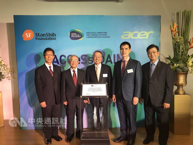 宏碁創辦人施振榮(中)捐給亞洲管理學院(AIM)的「超級電腦」和實驗室,8日正式啟用,駐菲代表林松煥(左2)也受邀前往參觀。(駐菲代表處提供)中央社記者林行健馬尼拉攝 107年3月8日