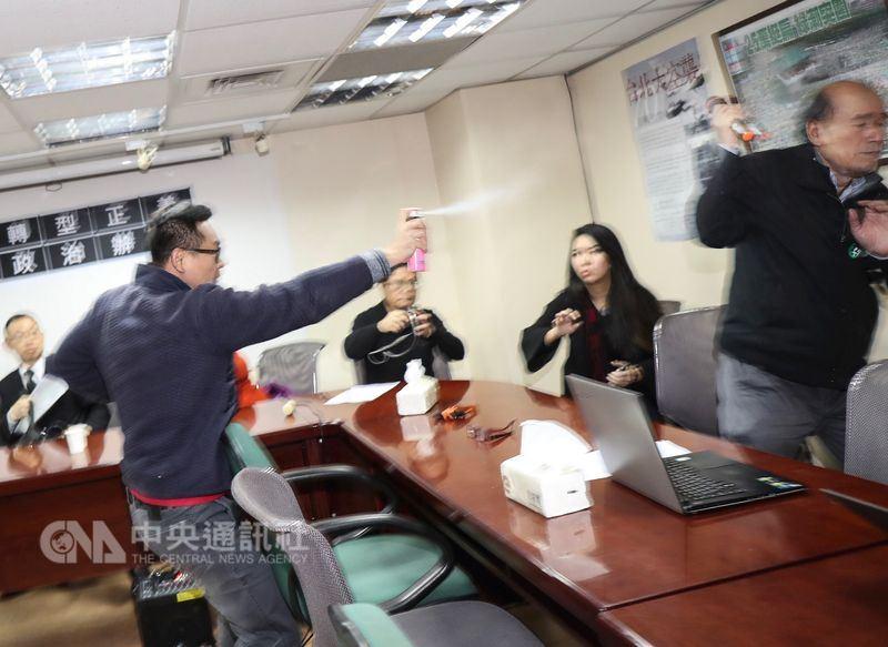 獨派團體9日在台灣北社舉行「慈湖潑漆暨遭拘提暨相關言論遭封殺」記者會,自由台灣黨主席蔡丁貴(前右)突遭闖入人士(前左)噴灑生髮劑。中央社記者裴禛攝 107年3月9日