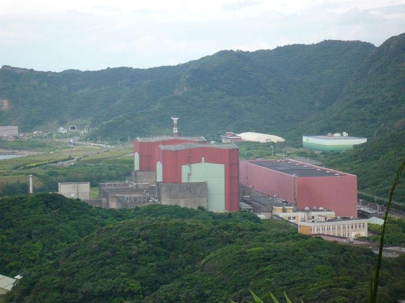 原能會表示,立法院專案報告若順利完成,第二核能發電廠2號機約5天就能對外供電。圖為核二廠外觀。(圖取自維基共享資源;作者Ellery,CCBY-SA3.0)