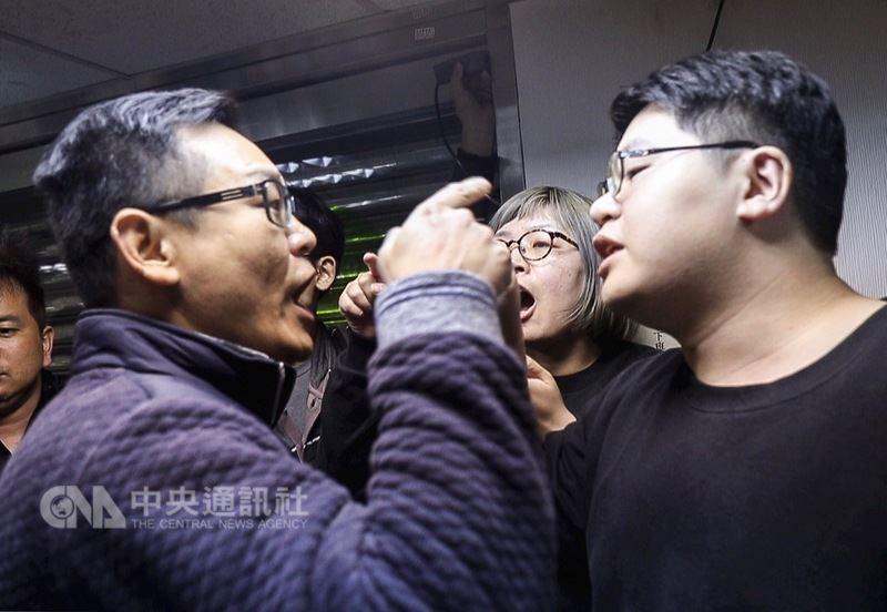 獨派團體9日在台灣北社舉行慈湖潑漆行動記者會,有抗議者(左)闖入記者會現場,與參與潑漆行動的輔仁大學學生羅宜(右)發生口角。中央社記者裴禛攝107年3月9日