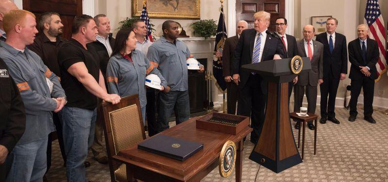 美國總統川普8日以捍衛美國產業和國家安全為由,批准對進口鋼鋁課徵高關稅,15天後生效。(圖取自川普推特 twitter.com)