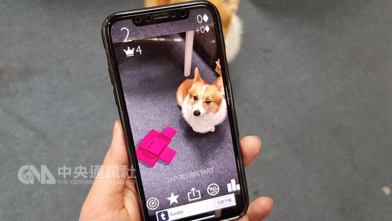2018年全螢幕機滲透率估升至45%,而蘋果iPhoneX的「瀏海造型」今年也成開發焦點。(中央社檔案照片)