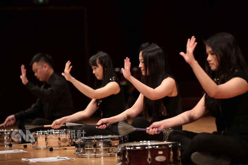 朱宗慶打擊樂團今年春季音樂會嘗試非典型打擊樂演出,演出作曲家傑森.楚庭的小鼓作品「謝謝你(____)」時,完全不用鼓棒,改以刷子、手指等敲打鼓面,製造完全不同的聲響感受。(朱宗慶打擊樂團提供)中央社記者汪宜儒傳真 107年3月10日