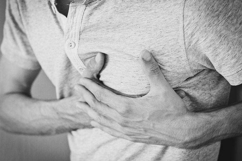 氣溫冷熱交替之際,是心肌梗塞好發的季節,醫師提醒民眾如感覺胸悶不要掉以輕心。(示意圖/取自Pixabay)