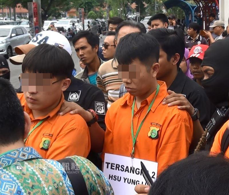 2017年12月,台灣警方協助印尼,破獲印尼史上最大規模的安非他命走私案。圖為遭逮捕的台嫌進行重建犯罪現場。(中央社檔案照片)