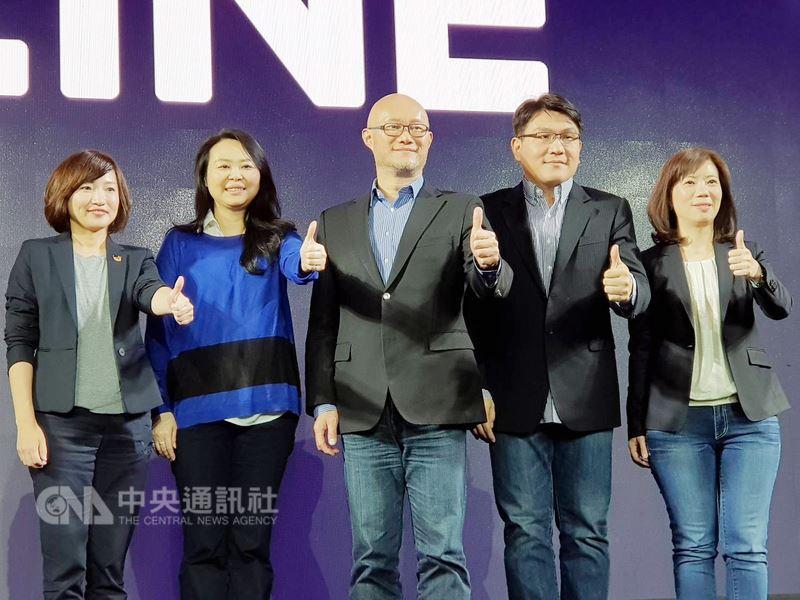 LINE台灣總經理陳立人(中)9日在年度記者會上宣布,今年LINE將全面擴大在台投資,並公布今年在台投資計畫。中央社記者江明晏攝 107年3月9日