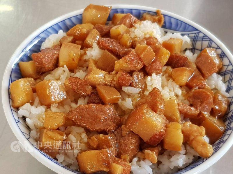 繼日前衛生紙傳出漲價消息外,台灣傳統美食滷肉飯也傳出喊漲。(中央社檔案照片)