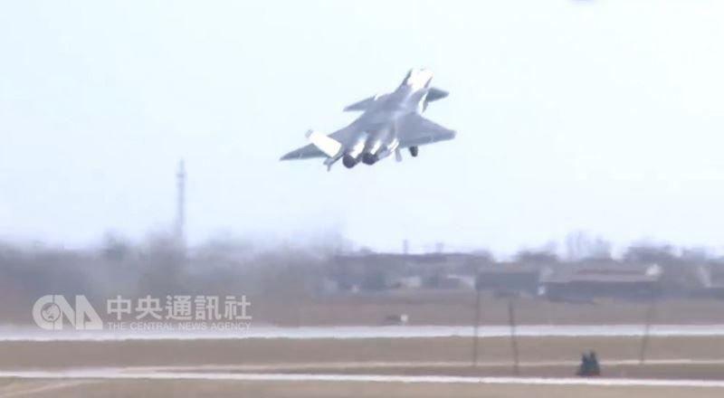 中國空軍殲20匿蹤戰鬥機在12日新發布的宣傳片中,首度秀出起飛急轉拉升的動作(如圖),似乎想藉此否認外界指其動力不足。(取自網路)中央社 107年3月13日