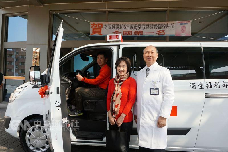新北市蘆洲的羅三延(左)和蔡寶玉(中)夫婦,13日捐贈救護車「三寶號」給金門醫院,回饋社會。右為金門醫院院長屠乃方。中央社記者黃慧敏攝 107年3月13日