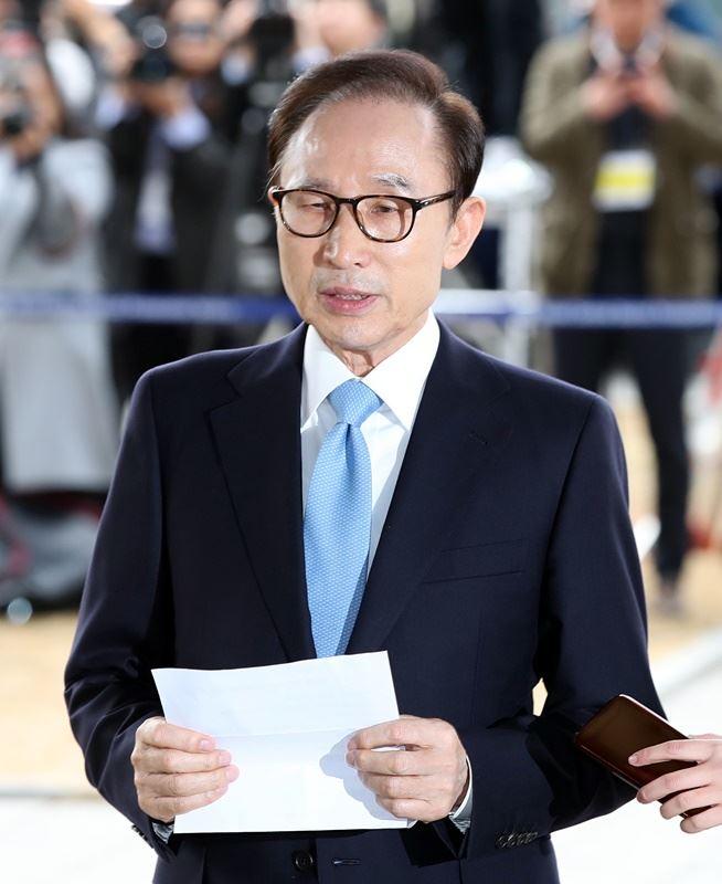 前南韓總統李明博14日抵達首爾的檢察官辦公室時表示:「我對造成大眾憂心感到相當抱歉。」(韓聯社提供)