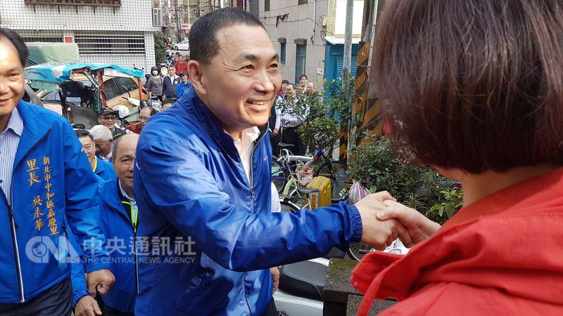 爭取國民黨新北市長提名的侯友宜(中),14日一早到中和嘉穗公園登山,並向早起運動的民眾致意。中央社記者王鴻國攝107年3月14日