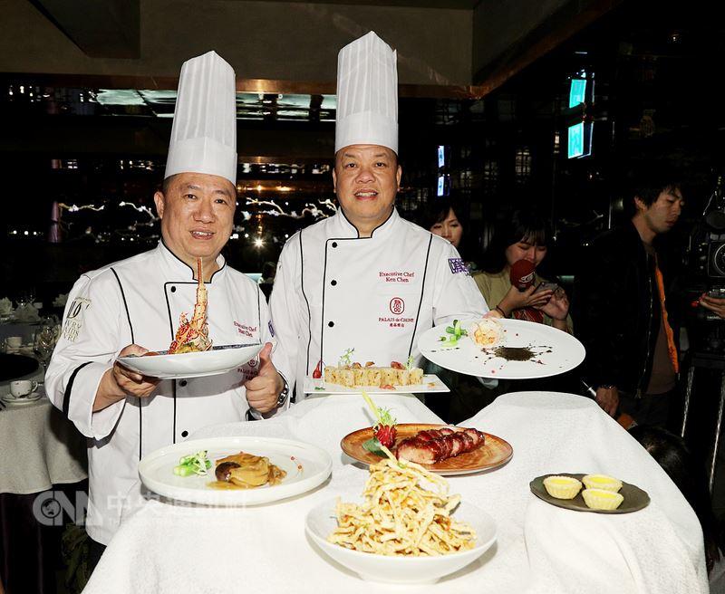 台北米其林指南14日正式出爐,唯一一家三星餐廳由君品酒店頤宮中餐廳獲得,餐廳行政主廚陳偉強(右)、陳泰榮(左)受訪時,對於獲獎異口同聲地笑說「很開心」。中央社記者張皓安攝 107年3月14日