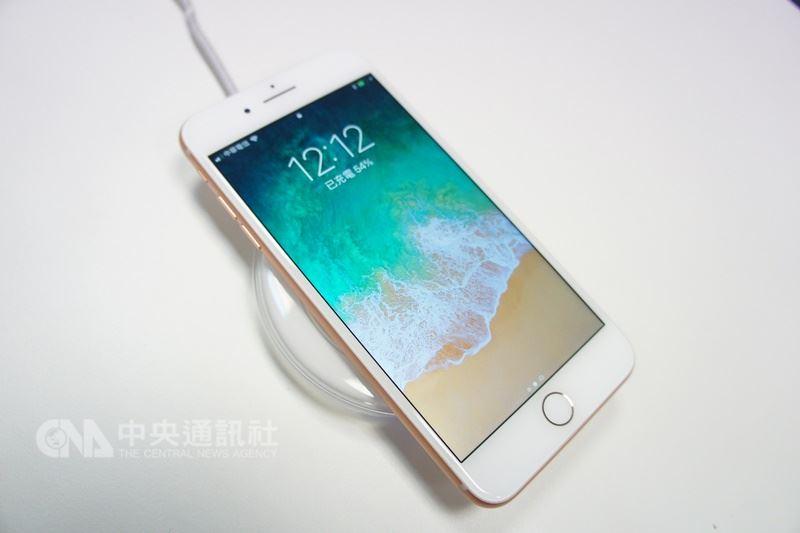 一項調查顯示,2019年新iPhone朝向大尺寸發展,預期到2019年iPhone可持續緩增。圖為iPhone8手機(中央社檔案照片)