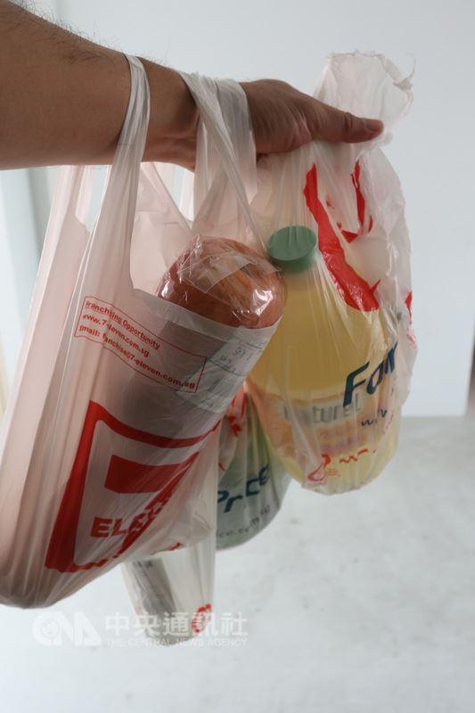 新加坡人對塑膠袋需求量大,步出超市總是拎著裝滿食材或日用品的塑膠袋。中央社記者黃自強新加坡攝 107年3月14日