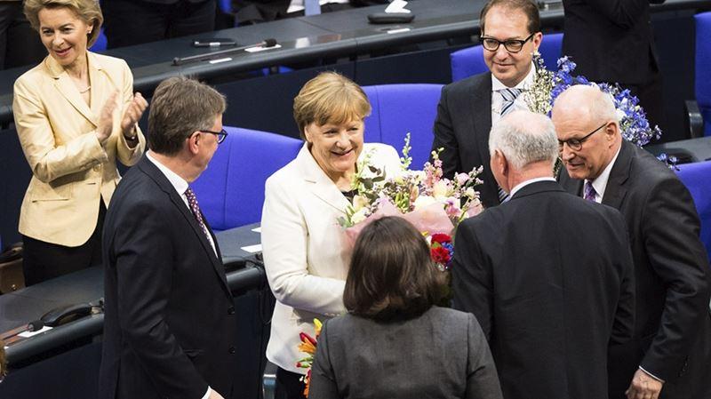 梅克爾(中)14日獲國會選為總理,這是她在歐洲最大經濟體德國主政的一連第4個、也可能是最後一個任期。(圖取自德國總理官方網頁www.bundeskanzlerin.de)