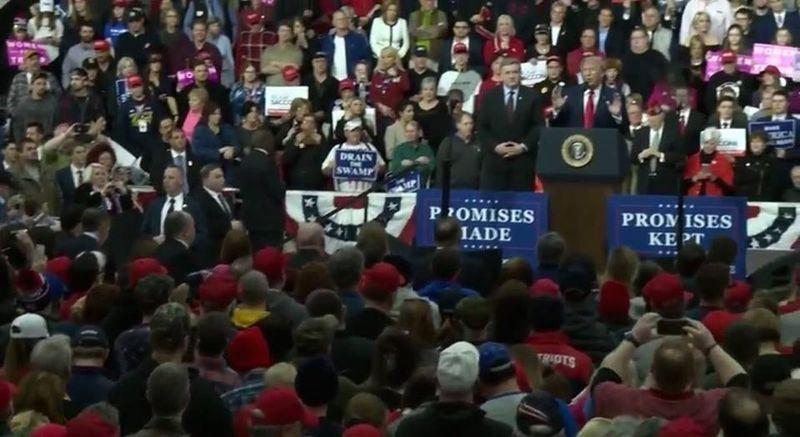 各界緊盯美國賓夕法尼亞州聯邦眾議員補選,但截至14日上午,選舉結果仍難分高下。圖為川普11日幫共和黨薩柯恩站台。(圖取自薩柯恩臉書www.facebook.com)
