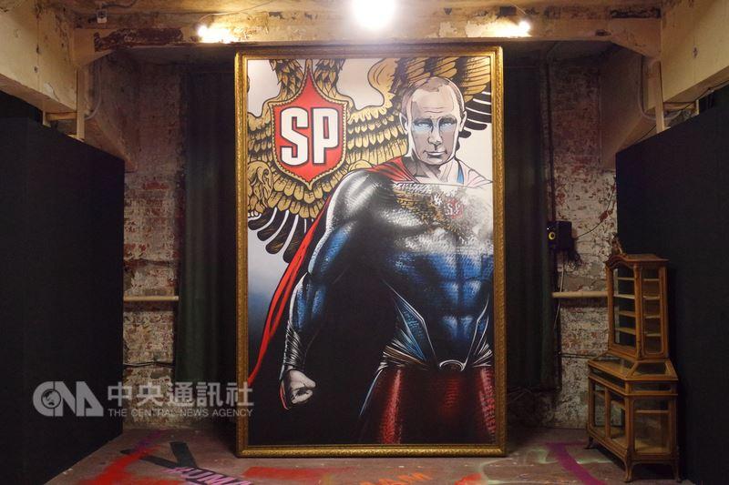 俄國總統蒲亭練柔道、開飛機,還能馴老虎,勇猛形象深植人心。圖為2017年底莫斯科展覽「超級蒲亭」中,將他畫成超人的作品。中央社莫斯科傳真107年3月16日