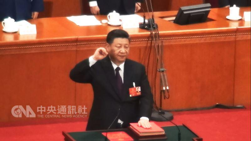 中國國家主席習近平17日上午經由全國人大代表票選,以2970票贊成,沒有任何反對、棄權及無效票,另有10人缺席的結果,當選連任國家主席。隨後進行憲法宣誓。中央社記者繆宗翰北京攝 107年3月17日