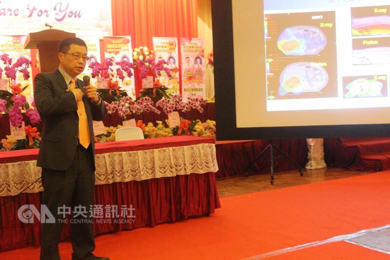 林口長庚醫院副院長洪志宏在雅加達醫療講座介紹癌症質子治療。中央社記者周永捷雅加達攝107年3月18日