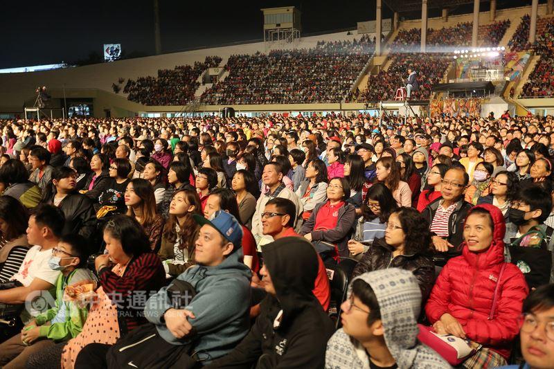 綠光台灣野台戲劇工程「人間條件一」全台免費戶外巡迴演出,24日晚間前進台南新營田徑場,吸引逾萬人進場,座無虛席。中央社記者張榮祥台南攝 107年3月24日