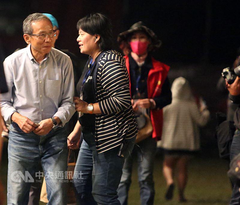 綠光台灣野台戲劇工程「人間條件一」全台免費戶外巡迴演出,24日晚間前進台南新營田徑場,開演前導演吳念真(左)在台前和民眾交談。中央社記者張榮祥台南攝 107年3月24日