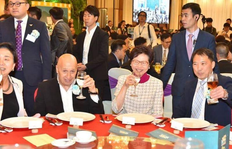 香港特首林鄭月娥(前右2)日前出席香港泛民主派最大政黨民主黨的週年黨慶。(圖取自林鄭月娥Instagram網頁www.instagram.com/carrielam.hksar)