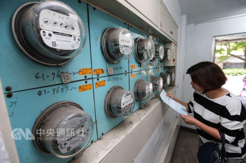 台電27日公布新版電價級距,據台電估算住家月用1000度電,每月電費增加93元,漲幅2.71%。(中央社檔案照片)