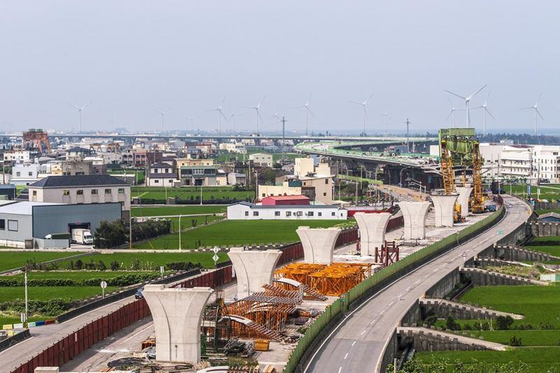 西濱快速公路就是省道台61線,斷斷續續建了20多年還未全線通。圖為上構預鑄節塊吊裝現況。(圖取自西濱快速公路網頁wcexpressway.thb.gov.tw/wnri)