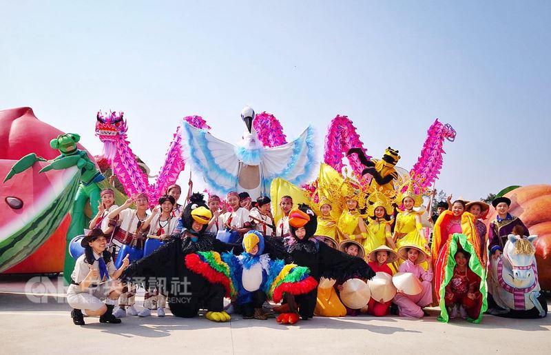 紙風車劇團指導桃園市至善高中表演藝術科學生,共同規劃「鵝媽媽齊步走」遊街表演,將在4日農博開幕當天以及展期間每週六日,共進行32場次的創意遊街秀。中央社記者吳睿騏桃園攝 107年4月2日
