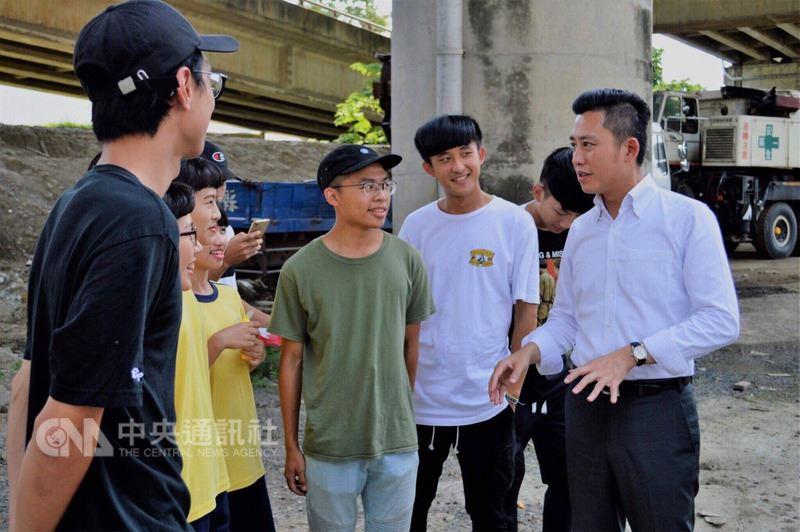 新竹市長林智堅(右1)上任後除了整頓市容、推動建設與老幼福利等,也努力傾聽年輕人需求,推動多項有利於年輕族群的政策與建設,獲得不少年輕人支持。中央社記者魯鋼駿攝 107年4月5日