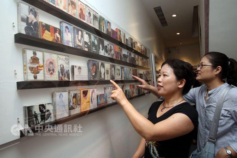 「聽.錄音帶與你」特展14日在迪化二O七博物館開幕,現場精挑向社會大眾募集來的600多卷錄音帶,讓民眾回味當年的經典歌曲與記憶。中央社記者鄭傑文攝 107年4月14日