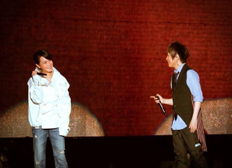 樂團五月天14日在中國大陸長沙舉辦演唱會,與嘉賓劉若英(左)同台演唱「後來的我們」。(圖取自五月天Mayday臉書粉絲專頁www.facebook.com/imayday555)