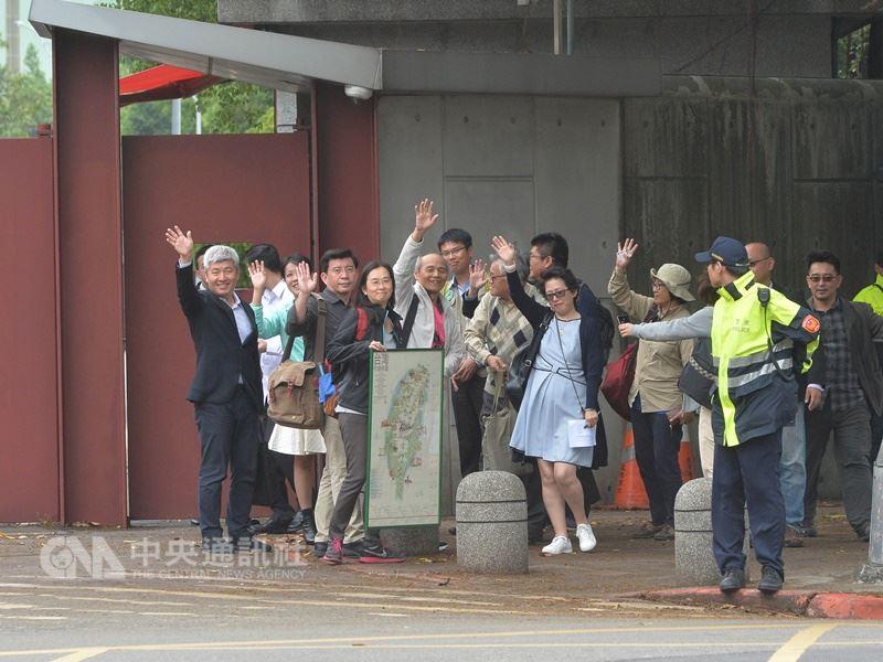 全國NGOs環境會議合辦團體代表們15日到總統官邸拜會總統蔡英文。中央社記者孫仲達攝107年4月15日