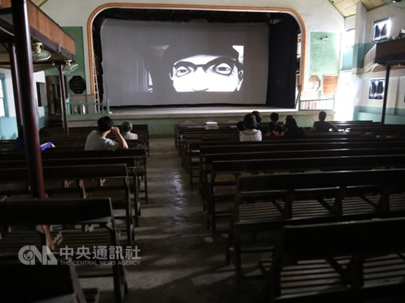花蓮富里鄉瑞舞丹大戲院歇業25年後,2014年10月25日大門再度打開,歡迎愛電影的人進來。曾有大爆滿的紀錄,也曾發生過空無一人的窘境,但陳威僑不以為意。(中央社記者李先鳳攝)