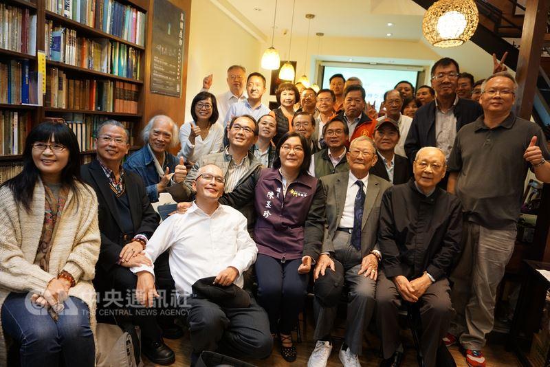 金門子弟蔡能寶在台北經營胡思二手書店,人文講座是胡思的特色,金門藝文人士常在這裡聚會,胡思因而有金門人的「鄉愁書店」之稱。中央社記者黃慧敏攝 107年4月15日