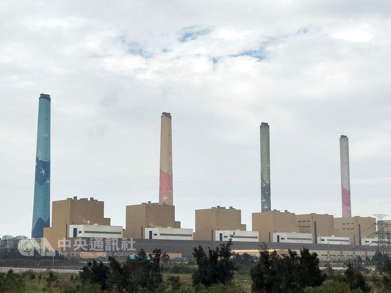 根據台電資料,2017全年發電量達2310.8億度,其中火力占比達82.6%。圖為台中火力發電廠。(中央社檔案照片)