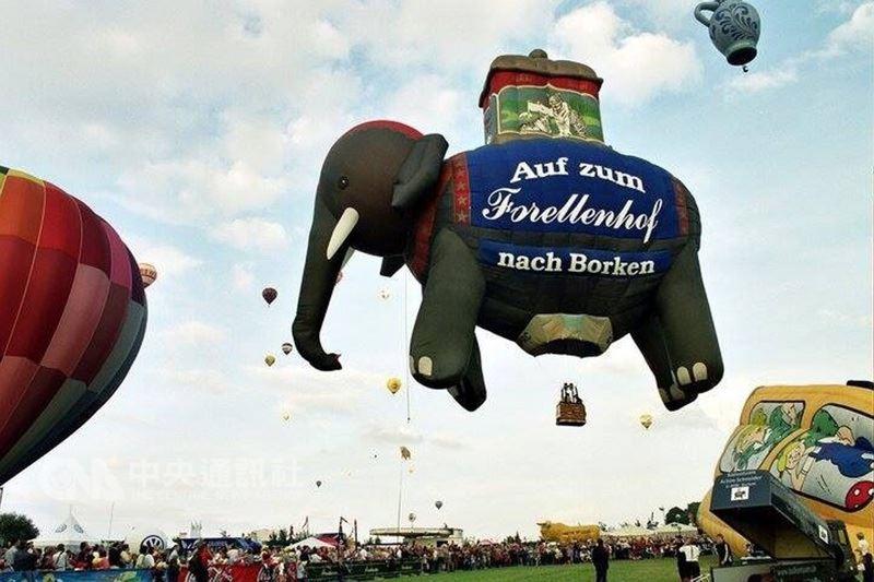 暑假期間旅遊盛事–台東國際熱氣球嘉年華,2018年從6月30日至8月13日,由原本的38天延長為45天,總共會有39顆造型熱氣球。圖為大象造型熱氣球。(台東縣政府提供)中央社  107年4月16日