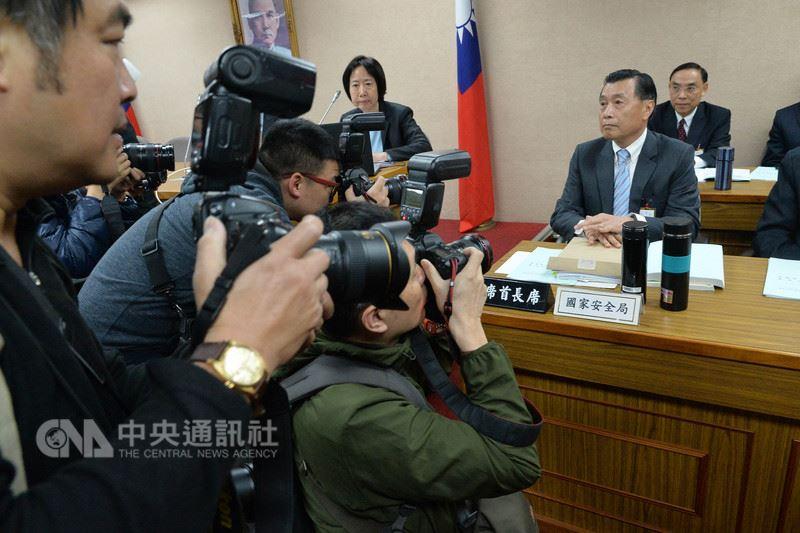 中國大陸將在台灣海峽火砲射擊訓練,國安局長彭勝竹(前右)16日在立法院備詢表示,已向總統蔡英文表達兩岸關係趨於緊張。中央社記者孫仲達攝107年4月16日