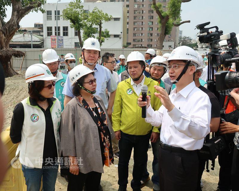 高雄市長陳菊(左2)將出任總統府秘書長,16日視察十全滯洪工程,即將接棒的副市長許立明(2排左2)隨行,並允諾會認真做好。中央社記者王淑芬攝107年4月16日