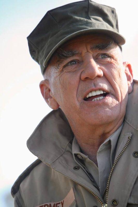 在經典電影「金甲部隊」中,扮演滿口髒話魔鬼士官長的美國演員李.艾爾米15日辭世,享壽74歲。(圖取自R.LeeErmey臉書facebook.com/R.Lee.Ermey)