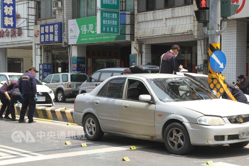 台南市一名竊盜通緝犯16日遭警方追緝時拒絕配合,開車拖行員警,遭員警開槍擊斃。車身上有彈孔,玻璃也碎裂,警方蒐證調查。中央社記者楊思瑞攝107年4月16日