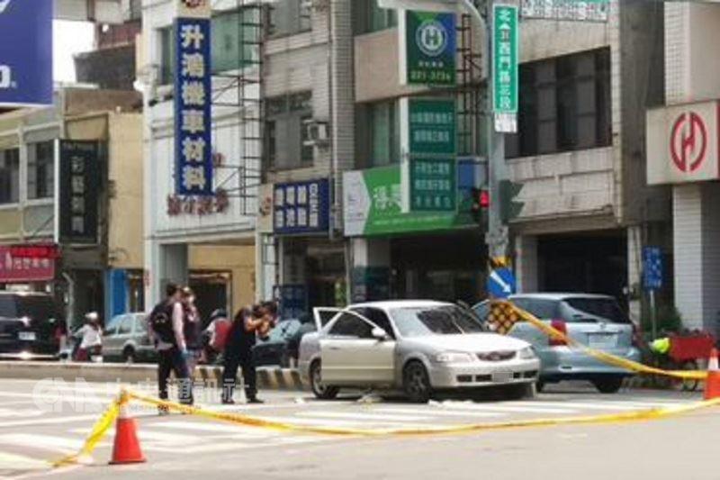 台南市警方16日上午查緝一輛可疑車輛時,員警見駕駛準備逃逸開槍制止,造成遭通緝的吳姓男子中彈不治,警方在現場拉起封鎖線蒐證。(民眾提供)中央社記者楊思瑞台南傳真107年4月16日