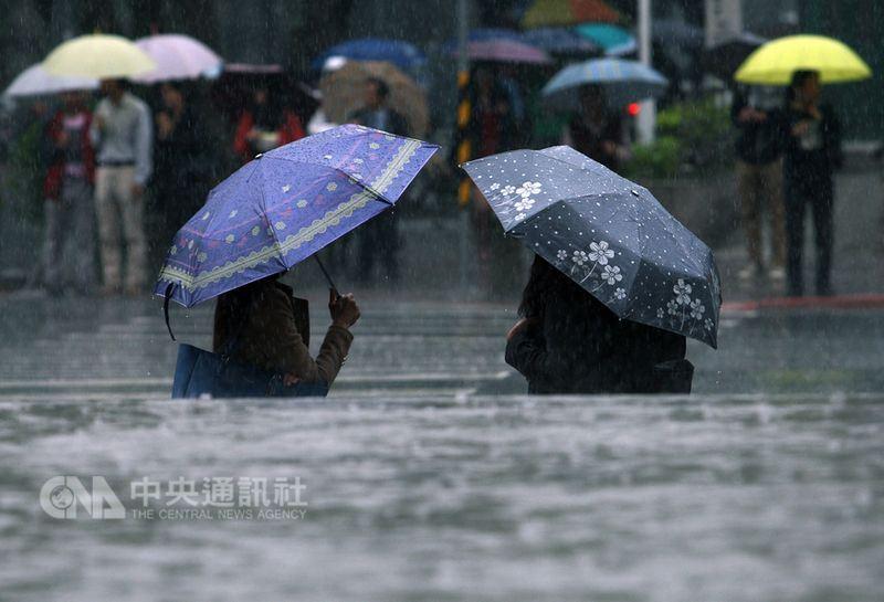 中央氣象局預報員林柏東16日表示,華南雲雨區東移,加上東北季風持續影響,預估18日前北台灣濕涼有雨,低溫約攝氏17度。(中央社檔案照片)