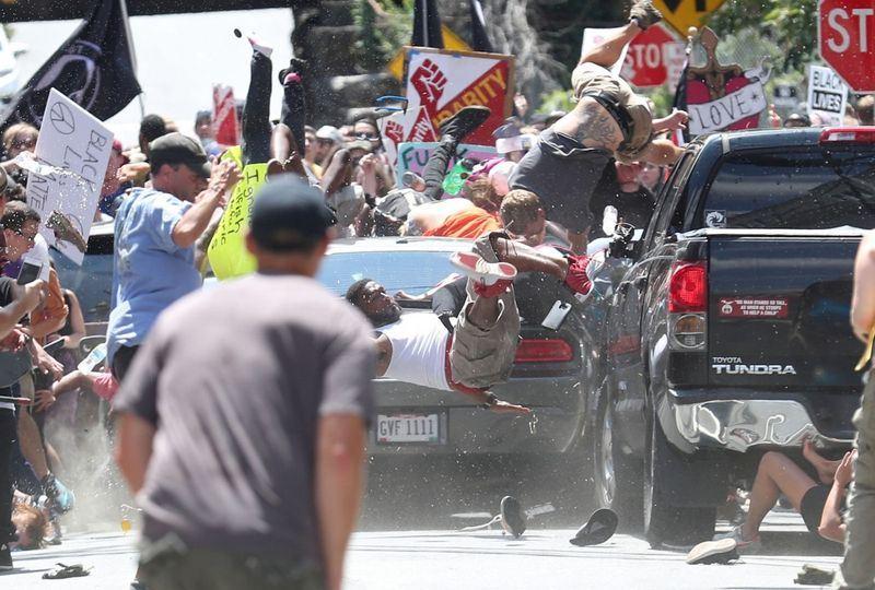 攝影記者凱利拍下維吉尼亞州車輛衝撞示威群眾的瞬間,16日獲得普立茲攝影獎殊榮。(圖取自普立茲網頁http://www.pulitzer.org)